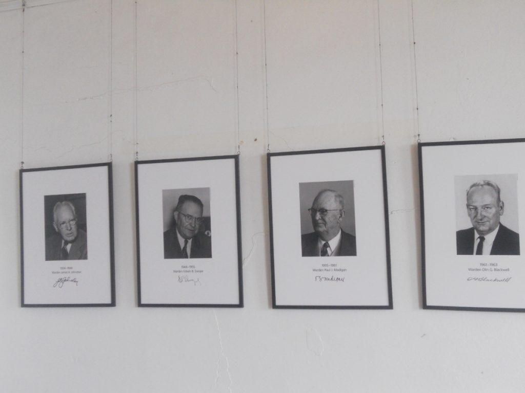 il y a bien sûr des photos des directeurs de la prison