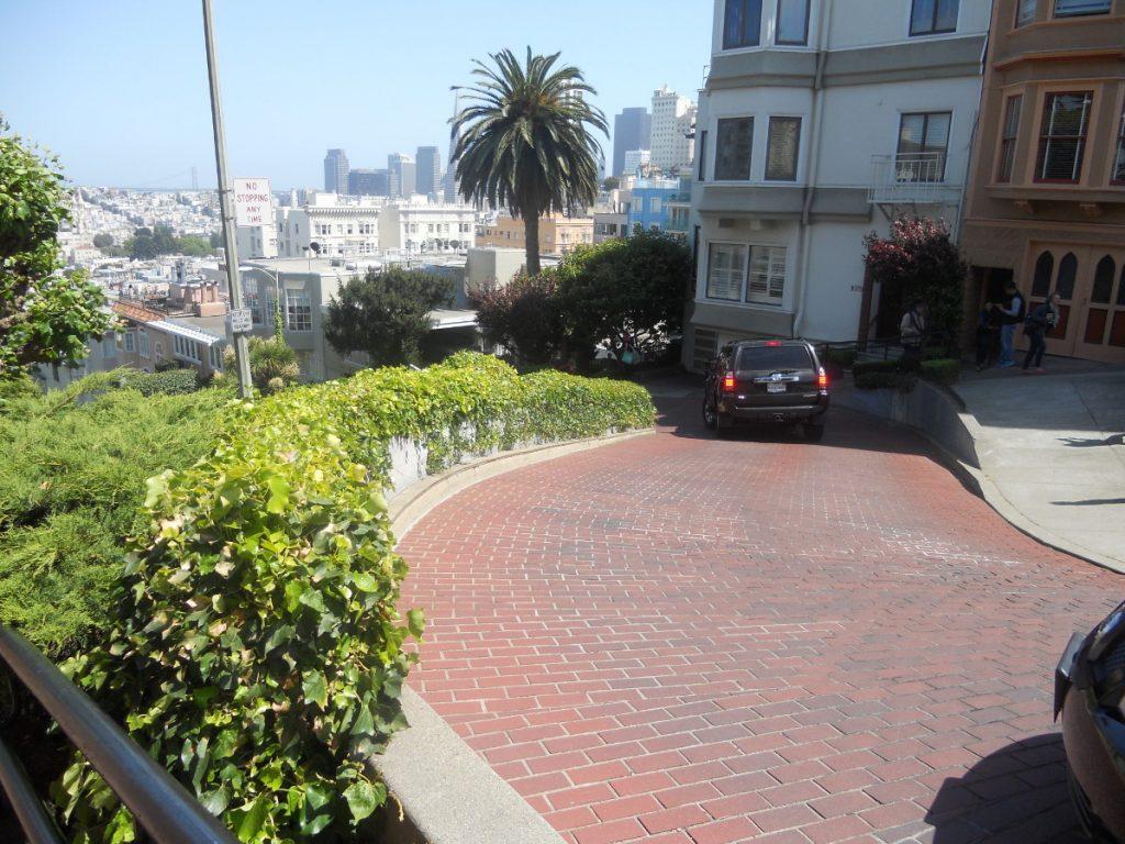 8 lacets composent la Lombard Street de San Francisco