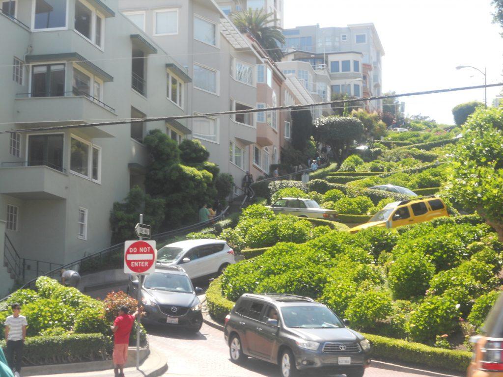 une venue incessante de touristes sur le Lombard Street