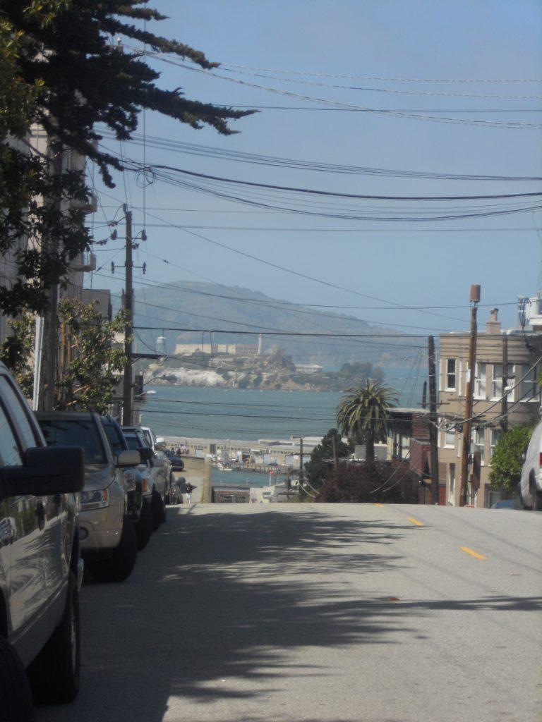 on a belle vue sur l'océan et alcatraz autour de la Lombard Street