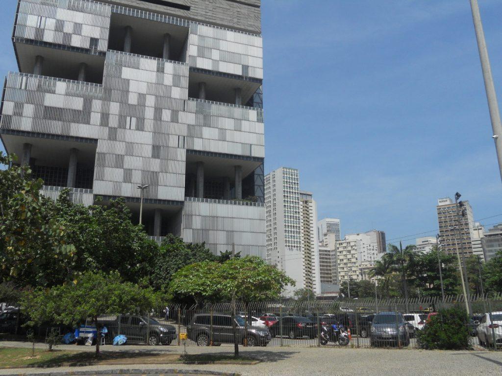 des bâtiments modernes autour de la cathédrale à Rio