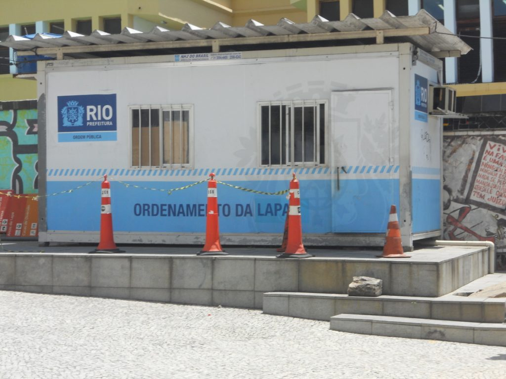 ici un poste de sécurité au pied du quartier Lapa