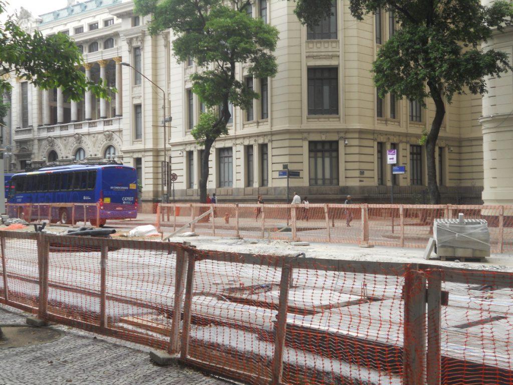 les rues sont encombrées à cause des travaux du métro à Rio
