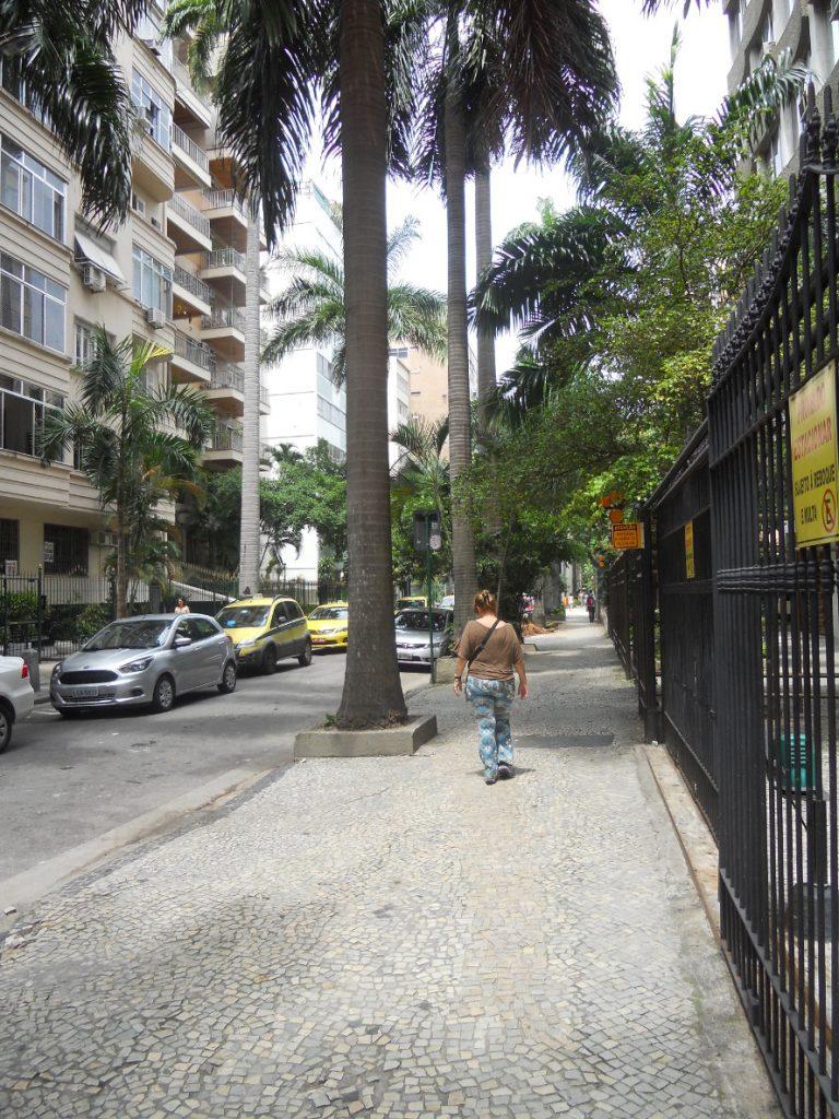 ici les rues paisibles du quartier de flamengo à Rio