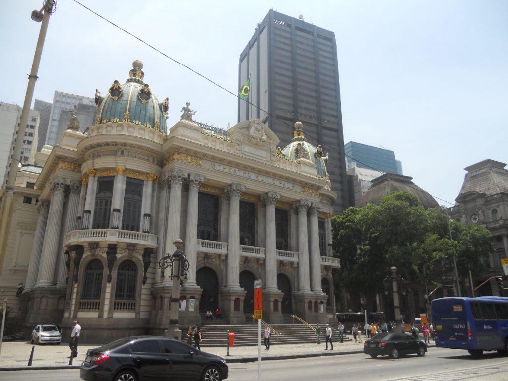 le théâtre municipal de Rio est fortement inspiré de l'opéra garnier à Paris