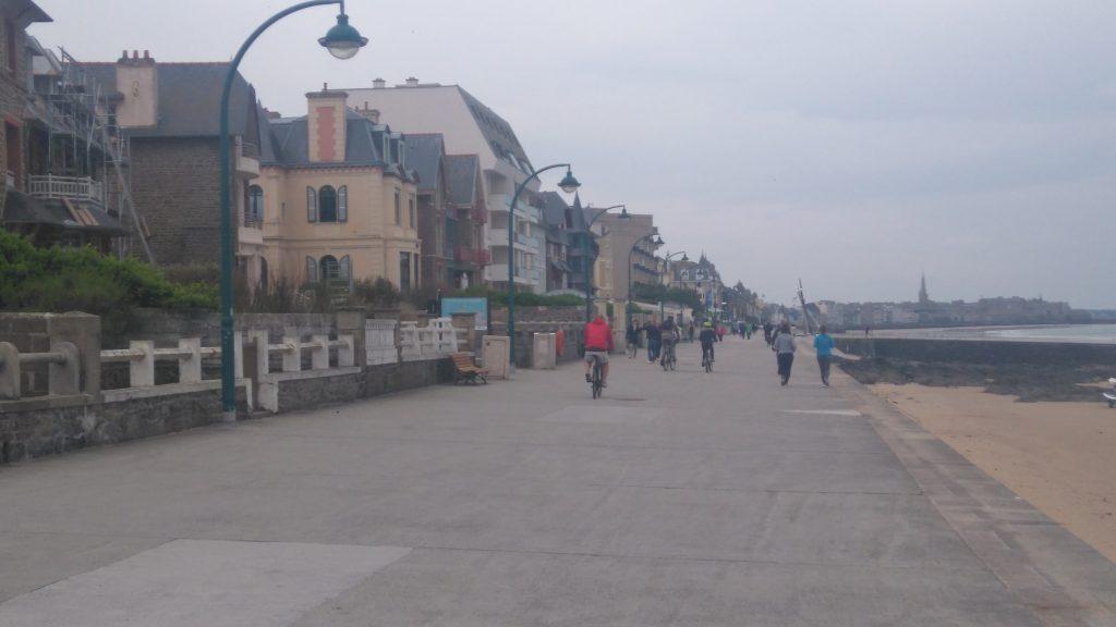 se premener le long e la plage de Saint Malo