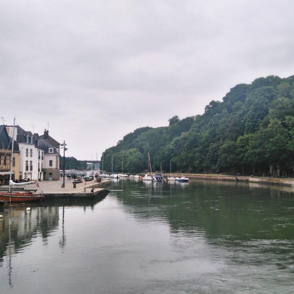 le port saint goustan est unes des attractions de la ville d'auray