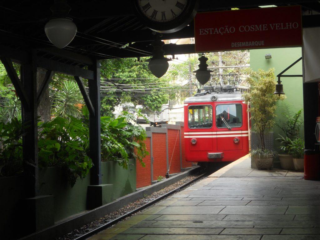 on prend le petit train pour aller voir l uns des incontournables de rio