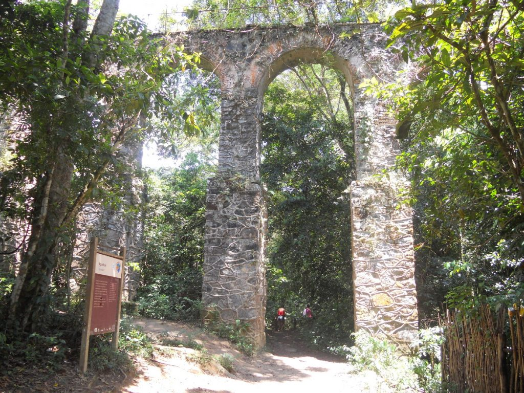 ici l'aqueduc de Ilha Grande