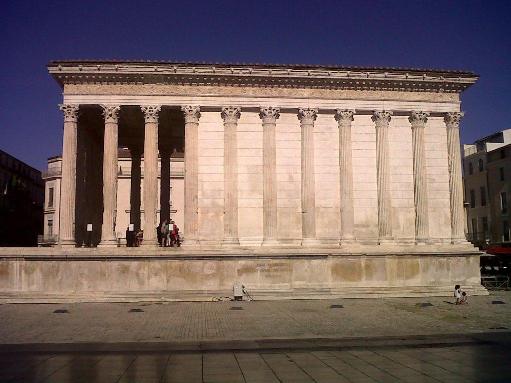 il faut visiter la maison carré à Nîmes