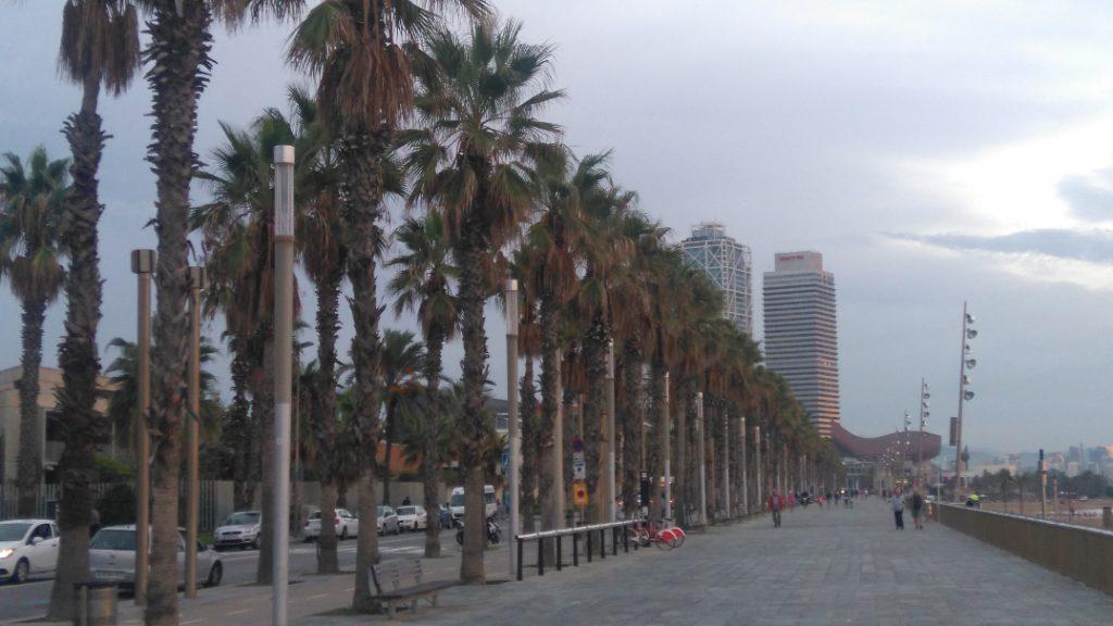 il y a la plage à Barcelone