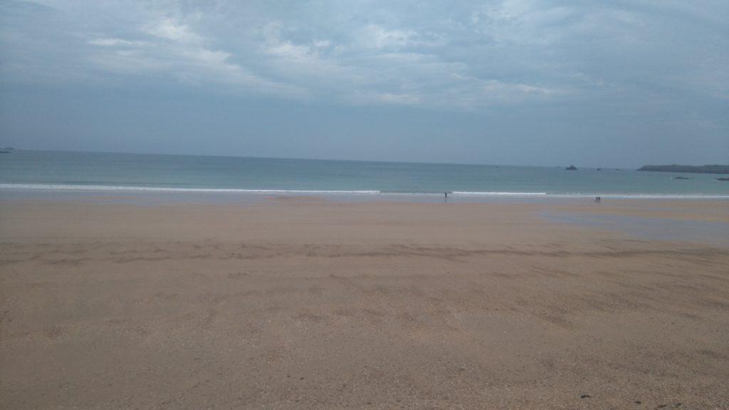le bonheur de se balader le long de la plage à Saint Malo