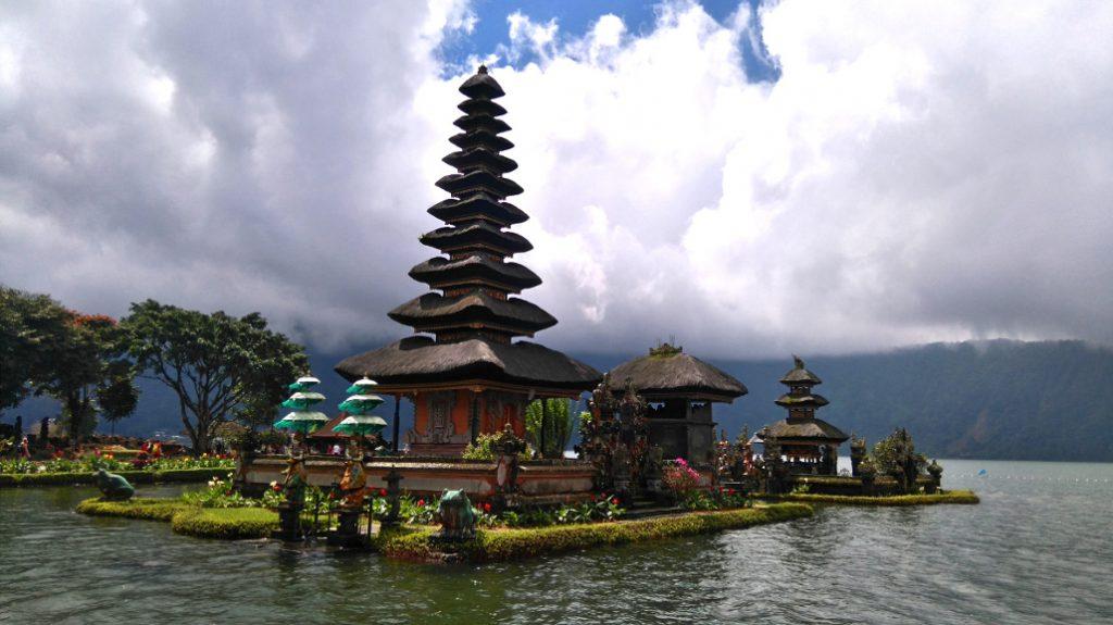 ce temple sur l'eau est très joli