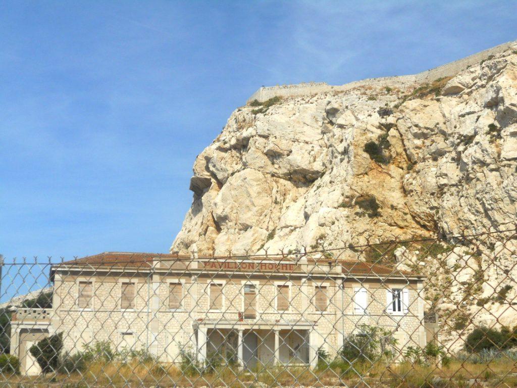 vestige d'une autre époque au large de Marseille