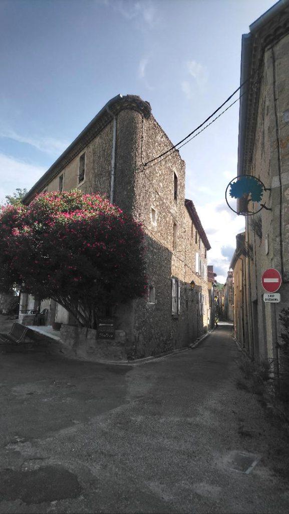 rues de Lagrasse en été