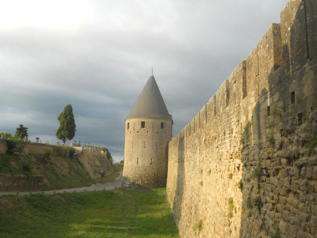 visiter Carcassonne en 2 jours: balade sur les remparts à faire absolument
