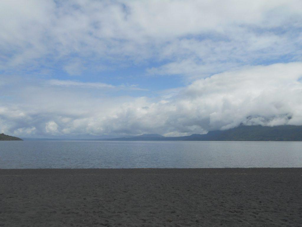 que voir à Pucon: la plage de sable noire