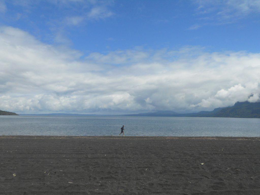profiter de la plage de Pucon dans la région des lacs au Chili