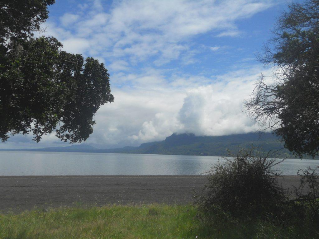 balade le long de la plage de Pucon dans la région des lacs