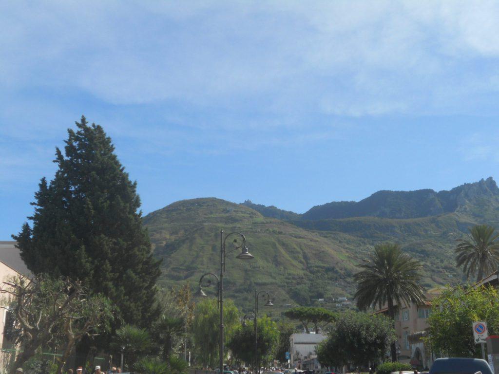 vue sur mont de l'île d'Ichia
