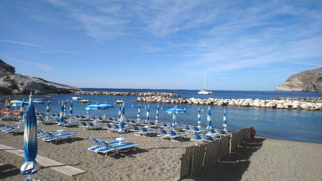matin à la plage de Sant Angelo à Ischia