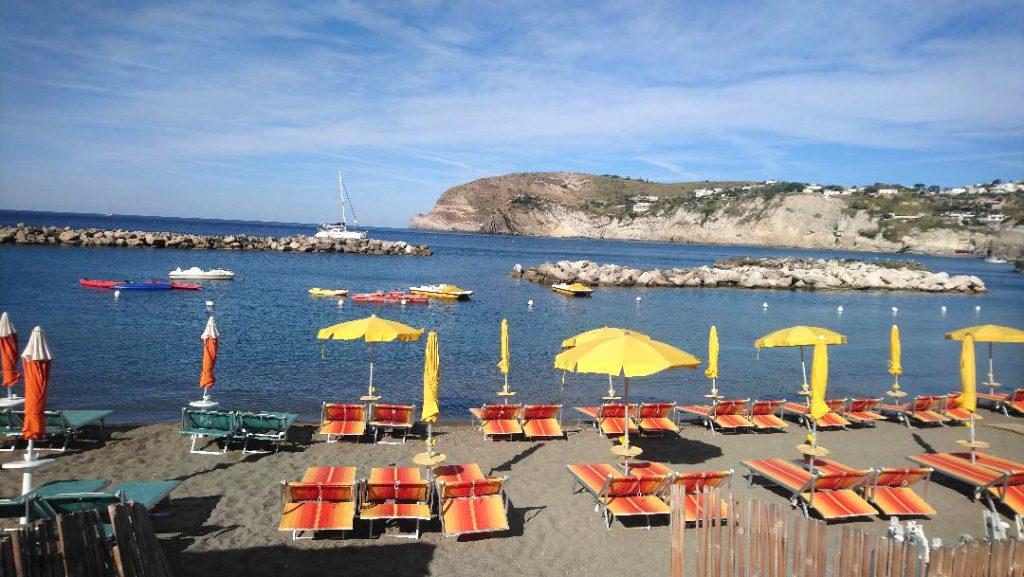 plage sur l'île d'Ischia à Sant Angelo