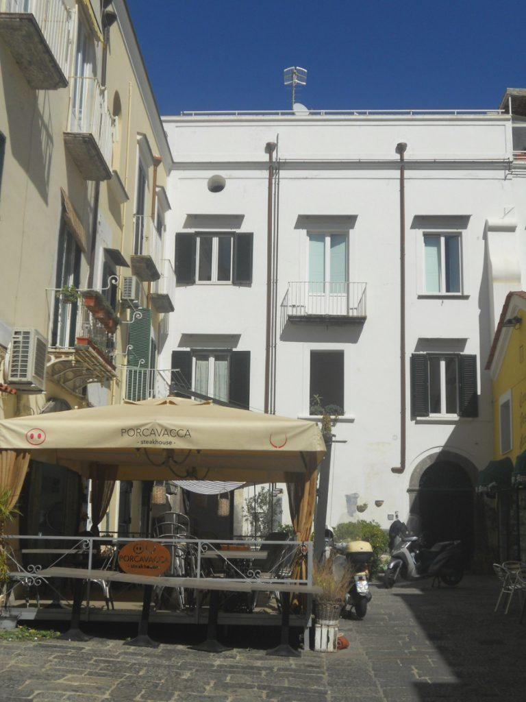 une rue de l'île d'Ischia en Italie