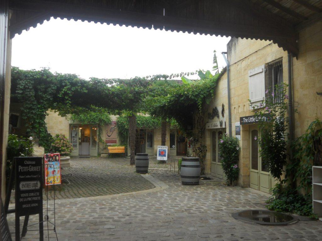 balade à Saint-Emilion village médiéval viticole dans les environs de Bordeaux
